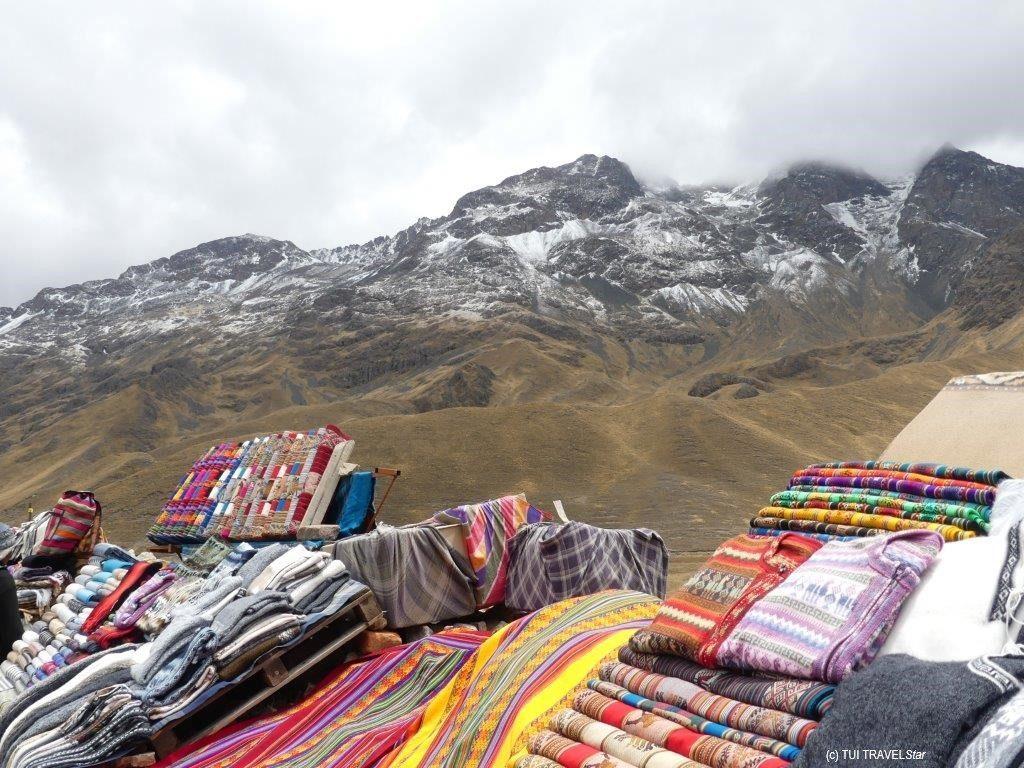 Bergpanorma Peru mit Markt